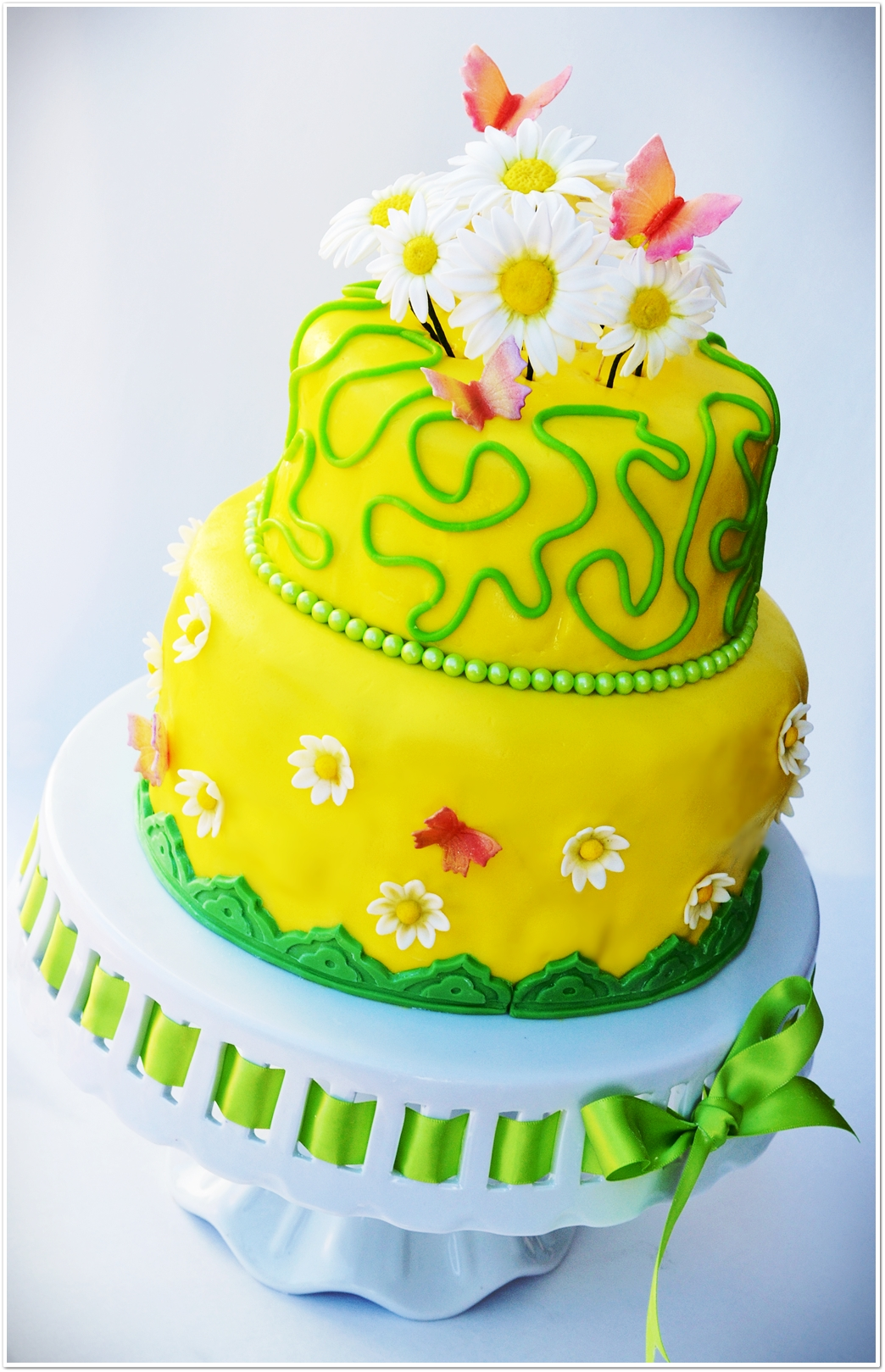 """Daisies Cake"" Recipe, Blogoversary and a Giveaway!!! http://leascooking.blogspot.com/2013/04/daisies-cake-recipe-blogoversary-and.html"