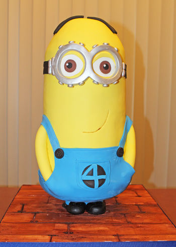 Front view of the Minion cake.