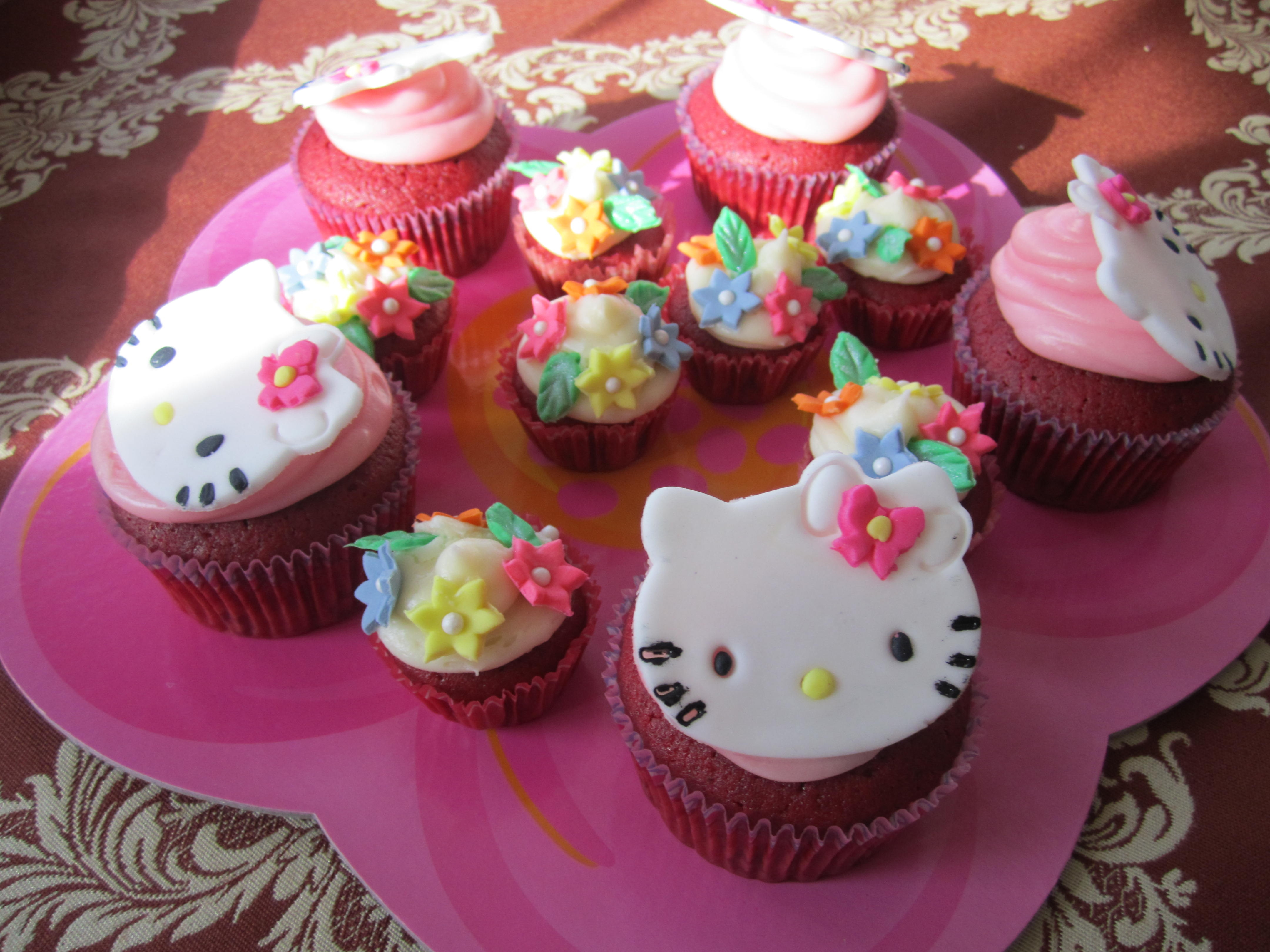 Red velvet with hello kitty made of fondant