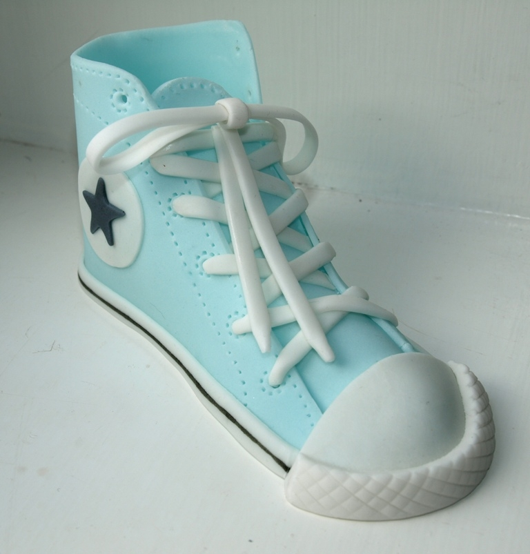 Tutorial on How to make this: http://cakecentral.com/tutorial/fondant-converse-sneaker-shoe